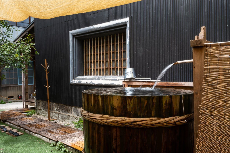 水風呂は秋葉糀味噌醸造から譲り受けた杉樽を再利用。