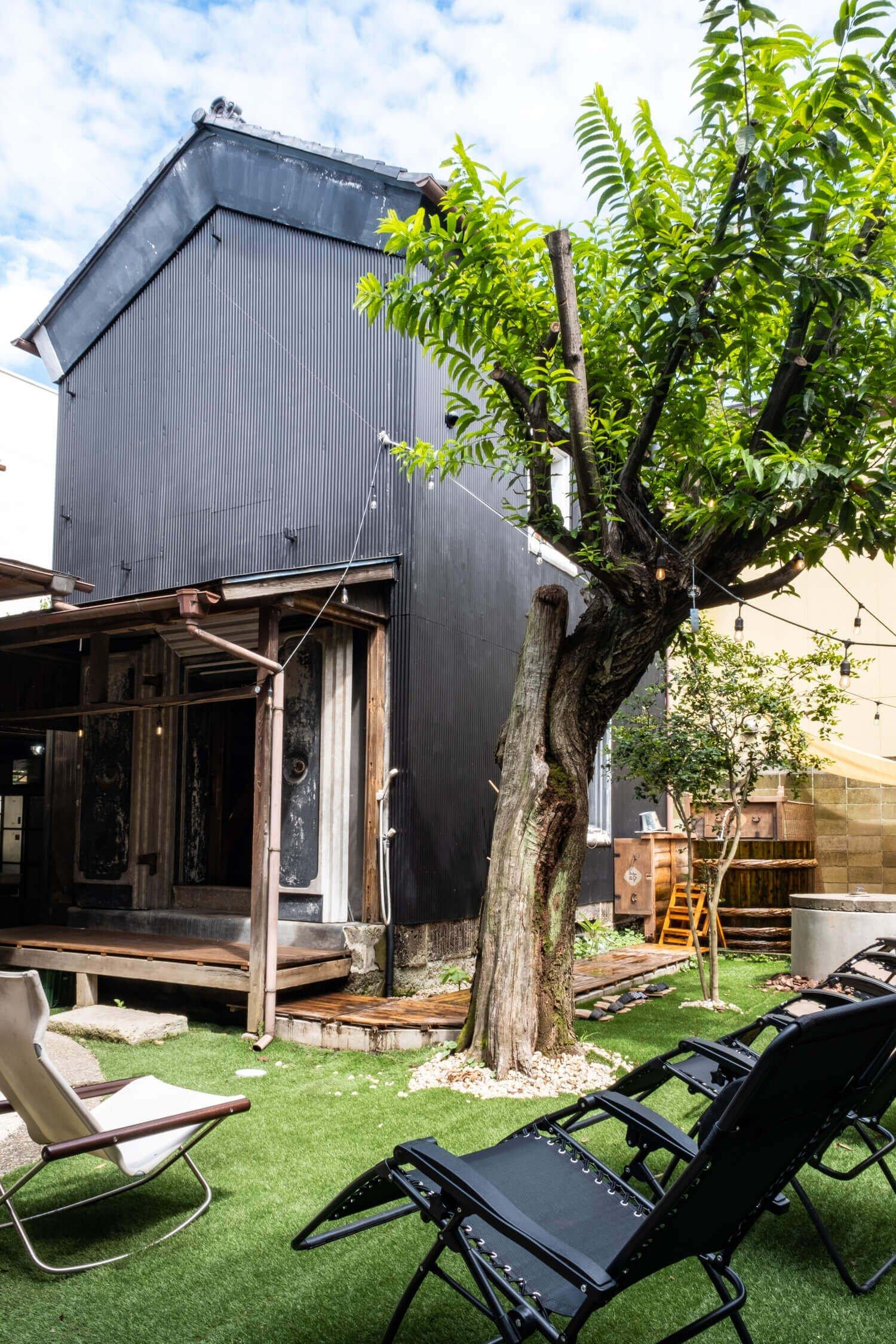 土蔵内は1階が脱衣スペース、2階が薪ストーブによる高温サウナの造りだ。