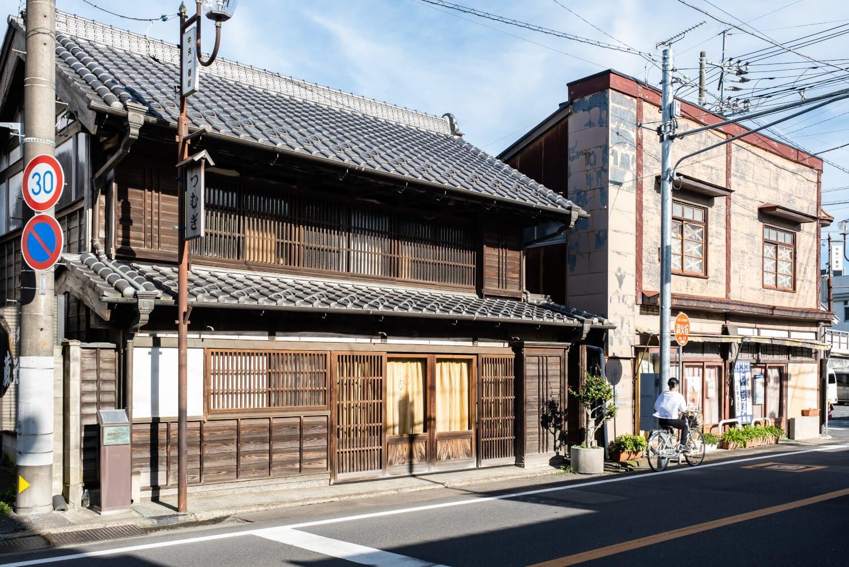 見世蔵と看板建築の店舗が隣り合う姿に時代の変遷がうかがえる。