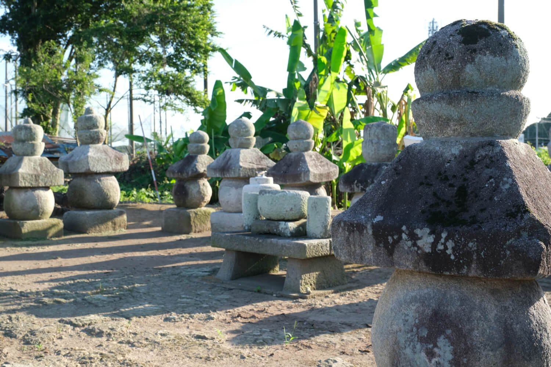 周囲に堀を巡らせた盛土の上に20基もの五輪塔が整然と並ぶ結城家御廟。