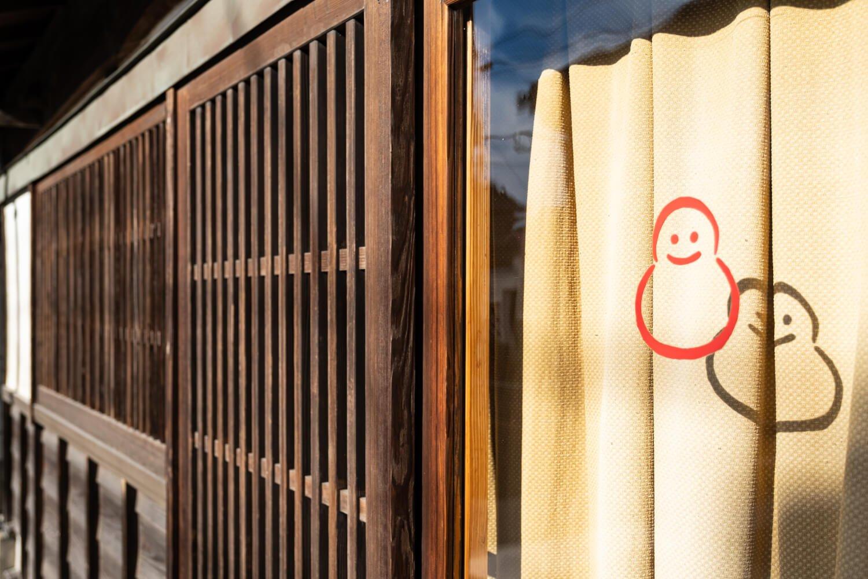 近寄ると、格子戸の横のガラス戸に本場結城紬産地元請けのユニークな屋号を発見!