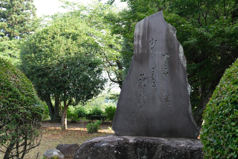結城城跡(城跡歴史公園)内には江戸時代の俳人・画家であり、当地にもゆかりの深い与謝蕪村の句碑が立つ。