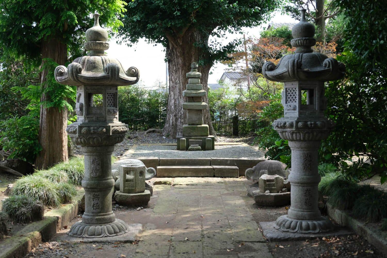 称名寺境内には結城家初代・朝光の墓がある。