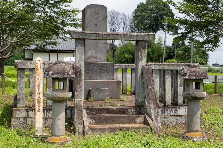県指定史跡でもある水野忠邦の墓側面には辞世の和歌が刻まれている。