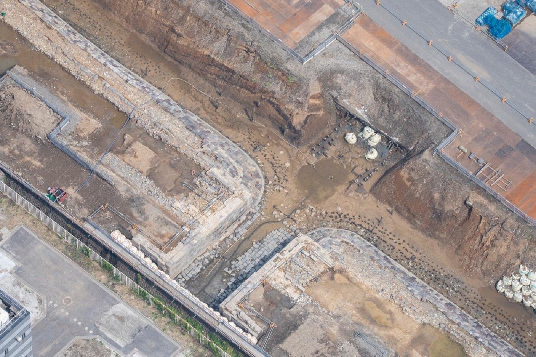 【参考写真】2021年3月30日空撮の「第七橋梁」。橋台部分の組み方など西洋的な造りをしている。築堤の石垣は日本古来の方法で施工された。石垣が剥がれ土台となる裏込石が露出しているのが分かる。