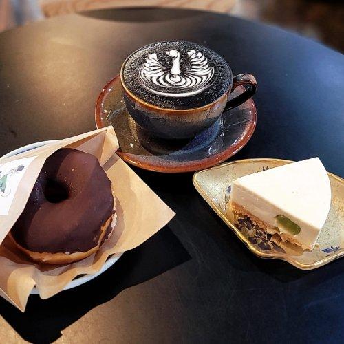 『LIWEI COFFEE STAND』で素敵な時間。世界チャンピオンの美しいラテアートと絶品自家製スイーツ~黒猫スイー...