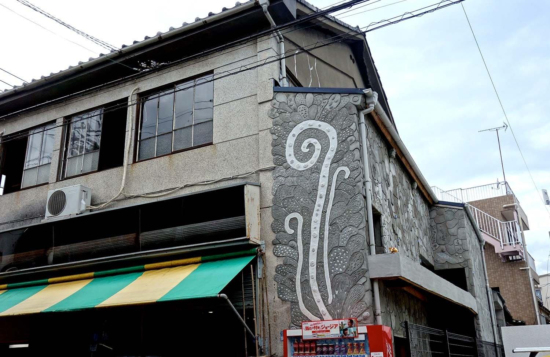 スタート地点となる京島駅の壁面は、村尾かずこさんによる作品。5月頃から制作に取り掛かり、街の人たち共に作り上げたのだとか。壁面の裏側にも仕掛けがあるので、ぜひ建物の2階に上がり見て欲しい。