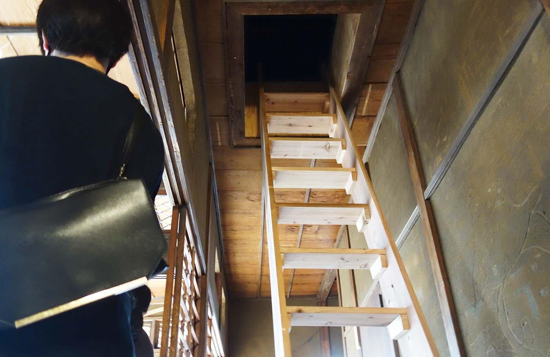 京島駅の2階の屋根裏には、さわひらきさんの作品『舟遊び』。隠れ家へと続くハシゴを登った先には、懐かしさとちょっぴりの切なさを感じる空間が待っている。