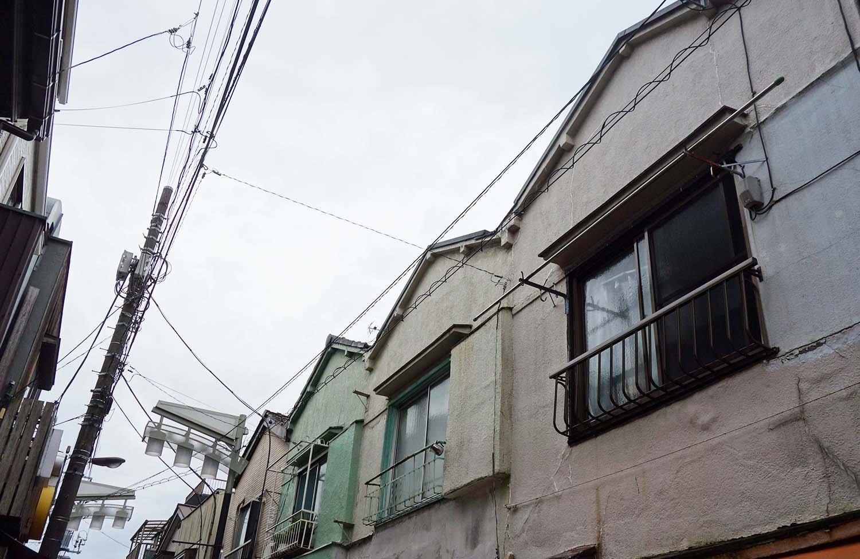 三角の屋根が可愛い、4軒がつながった三角長屋。開催期間中18時からは、この三角長屋の2階の窓辺からヴァイオリンの生演奏が響くのだとか!(雨天中止,臨時休あり) 夕刻に素敵な生演奏を聞いたら「帰りたくない〜」と後ろ髪を引かれそう……。