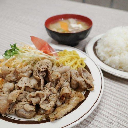 コショウとニンニクが効いた池袋『洋庖丁』のジューシーな豚バラ肉「からし焼定食」は白米がおそろしいスピードで消えていく!